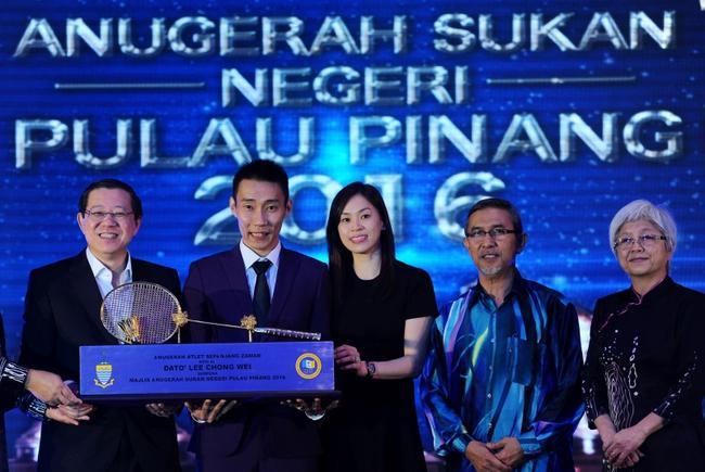 李宗伟获马来西亚终身成就奖 爱妻与其共捧奖杯